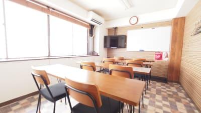 教室向けレイアウト - 【ワイナリー】横浜の貸し会議室 WiFi大型モニタホワイトボードの室内の写真