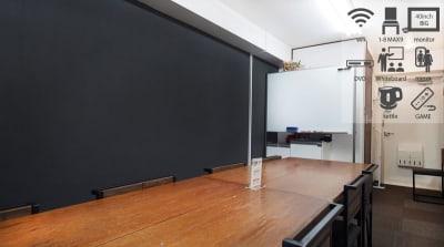 お皿に乗ったショコラをイメージした貸し会議室です。 - 【ショコラ】東京 新宿貸し会議室 WiFi大型モニタホワイトボードの室内の写真