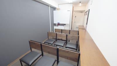 上映会向けレイアウト - 【ショコラ】東京 新宿貸し会議室 WiFi大型モニタホワイトボードの室内の写真