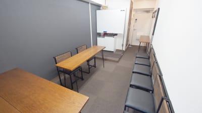 面接向けレイアウト - 【ショコラ】東京 新宿貸し会議室 WiFi大型モニタホワイトボードの室内の写真