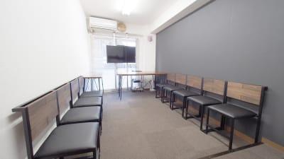 朗読会・グループミーティング向けレイアウト - 【ショコラ】東京 新宿貸し会議室 WiFi大型モニタホワイトボードの室内の写真