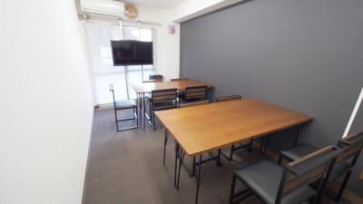 二つの島を作ったワークショップ向けレイアウト - 【ショコラ】東京 新宿貸し会議室 WiFi大型モニタホワイトボードの室内の写真