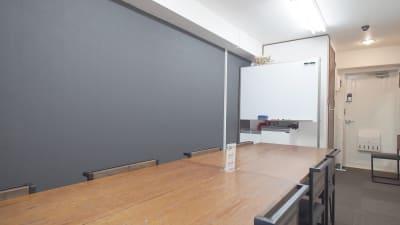 基本はこちらのレイアウトになります。ご利用後はこの形にお戻し下さい。 - 【ショコラ】東京 新宿貸し会議室 WiFi大型モニタホワイトボードの室内の写真