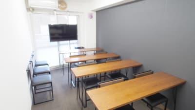 ホワイトボードにテーブルを向けた教室向けレイアウト - 【ショコラ】東京 新宿貸し会議室 WiFi大型モニタホワイトボードの室内の写真
