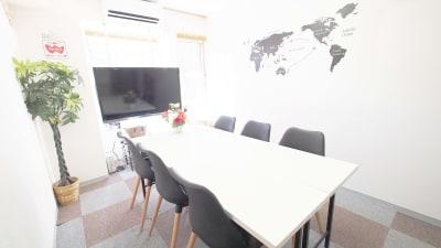横浜のレンタルスペース - 【BASE】横浜の格安貸し会議室 WiFi大型モニタホワイトボードの室内の写真