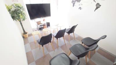 上映会向けレイアウト - 【BASE】横浜の格安貸し会議室 WiFi大型モニタホワイトボードの室内の写真