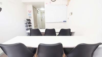 教室向けレイアウト - 【BASE】横浜の格安貸し会議室 WiFi大型モニタホワイトボードの室内の写真