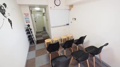 セミナー向けレイアウト - 【BASE】横浜の格安貸し会議室 WiFi大型モニタホワイトボードの室内の写真