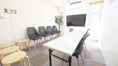 面接会場向けレイアウト - 【BASE】横浜の格安貸し会議室 WiFi大型モニタホワイトボードの室内の写真