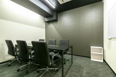完全個室の6名用会議室です。 - BIZcomfort名古屋名駅南 完全個室 6名用会議室の室内の写真