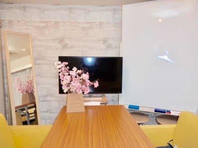 会議・ミーティングはもちろん、マンツーマンレッスン・セミナー・サロン・女子会等などにも最適です。  - 渋谷駅ハチ公口3分 多目的スペースの室内の写真