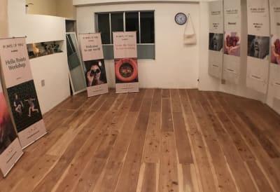 椅子はスタッキングが可能です。ヨガスタジオとしても使用できます。 - レンタルスぺ―ス Ku-Neru レンタルスペース/撮影会場としての室内の写真
