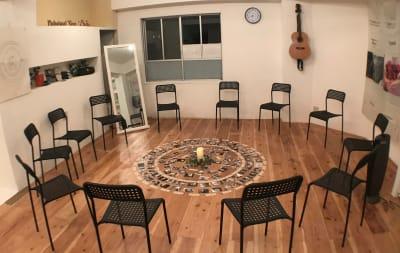 テーブルをどけてサークル上に椅子を並べられます。 - レンタルスぺ―ス Ku-Neru レンタルスペース/撮影会場としての室内の写真
