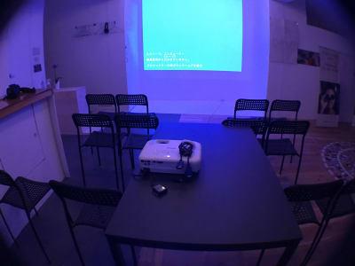 プロジェクター上映中の様子1 - レンタルスぺ―ス Ku-Neru レンタルスペース/撮影会場としての室内の写真