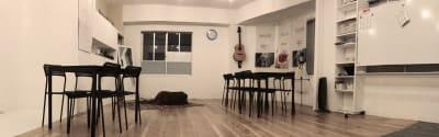 4人掛けのテーブルが3台入っても広々とした正方形の空間 - レンタルスぺ―ス Ku-Neru レンタルスペース/撮影会場としての室内の写真