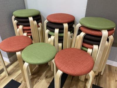 丸椅子。10脚まで無料でご利用いただけます - タイコラボ千葉 【オンライン配信専用】Bスタジオの設備の写真