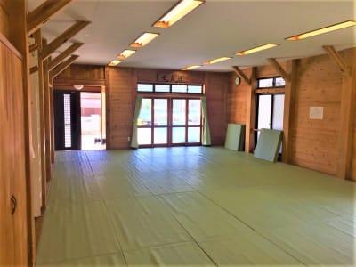 木のぬくもりと自然光が気持ちの良い施設です! - レンタルスペースふじみ野 多目的スペース(30名用)の室内の写真