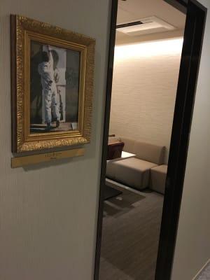 バンクシーの肖像画のお部屋です♪ - ルームレストラン バチェラー バンクシーの入口の写真