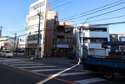 大通りに面しており、駅からのアクセスも抜群です。 - Office+ 菱栄ビル貸会議室 会議室 、 レンタルスペースの室内の写真