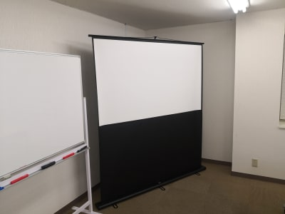 オプション:スクリーン - Office+ 菱栄ビル貸会議室 会議室 、 レンタルスペースの設備の写真
