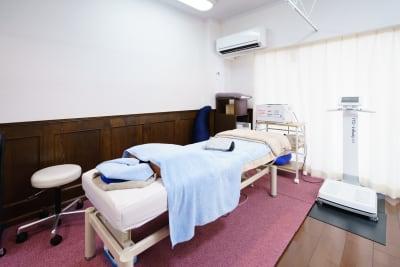 マットスペースの背後にベッドがございます。 別途有料にてご利用いただけます。 - 19Factory パーソナルトレーニングスペースの設備の写真