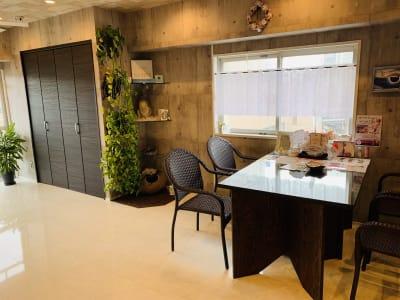 テーブルは写真の2倍の大きさ、着席8名まで可能です。 - 会員制シェアサロンRealize シェアサロン時間貸しプランの室内の写真