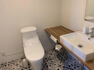 トイレ、洗面台も各部屋に設置。 - どやねんホテルズ バクロ レンタルスペース type Cの設備の写真