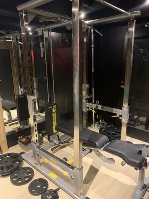 トレーニングジムの室内の写真