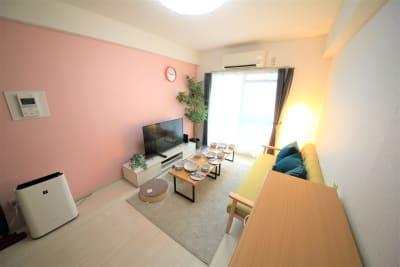 3人掛けのソファにローテブルが1つのアットホームなスペースです。推奨定員は6人に - ケイアンドテイ心斎橋 602号室の室内の写真