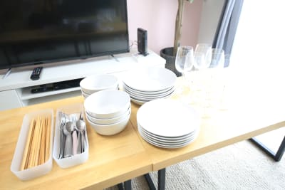 お箸、ナイフ、スプーン、フォークは12人分あります。 ワイングラスは6人分ありま - ケイアンドテイ心斎橋 602号室の設備の写真