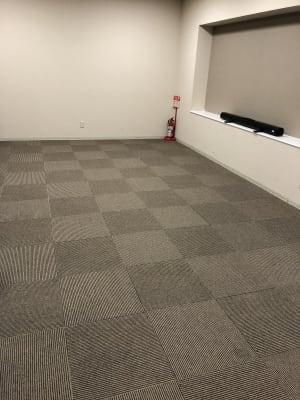 テーブルと椅子を端に寄せてご利用頂くことも可能です。 - ホテルウィング新宿 3階貸し会議室の室内の写真