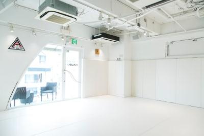 自然光が入って明るいスタジオです。 - HALEO代官山スタジオの室内の写真
