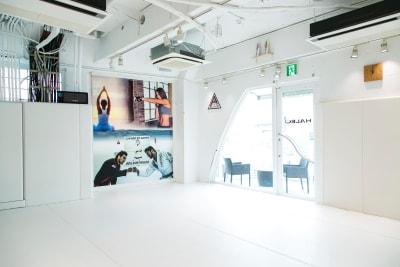 大きな窓があり、開放感があります。 - HALEO代官山スタジオの室内の写真