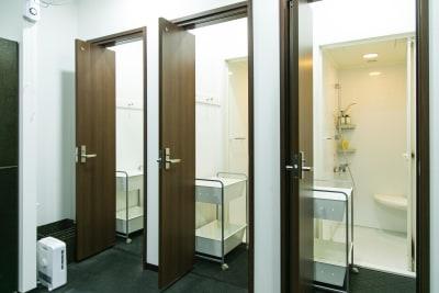 シャワー室も完備しています。タオルレンタルサービスもございます(有料) - HALEO代官山スタジオの設備の写真