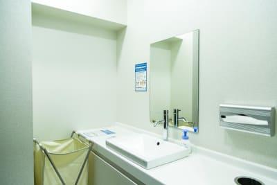 トイレももちろんあります。(写真は女子トイレの洗面台) - HALEO代官山スタジオの設備の写真