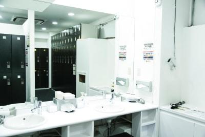 洗面台もあります。(写真は女子ロッカールームの洗面台) - HALEO代官山スタジオの設備の写真