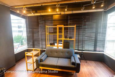 ソファ収録スペース - コンポジション 神山スタジオ 無人収録・配信スタジオの室内の写真