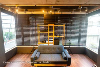 ソファ収録スペース2 - コンポジション 神山スタジオ 無人収録・配信スタジオの室内の写真