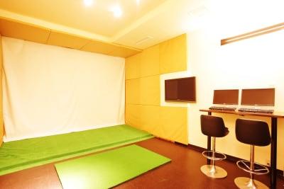 ブースの広さは22㎡あるのでゴルフに限らずいろいろな用途に使用ができます。 - ゴルフスタジオZAMET ユーティリティースペースの室内の写真