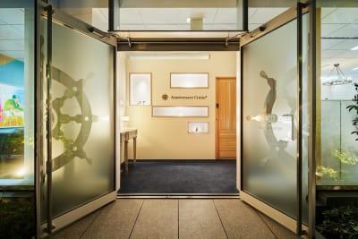 正面エントランス - アニバーサリークルーズ 会議室フルールの入口の写真