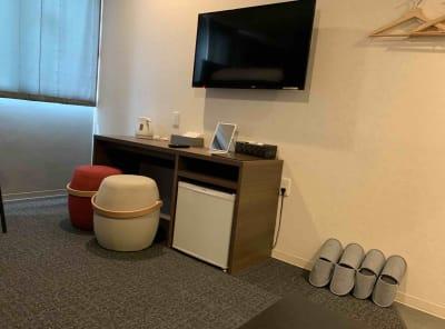 大型液晶テレビ付き。モニターディスプレイとしての利用も可能です。 - どやねんホテルズ バクロ レンタルスペース type B②の室内の写真