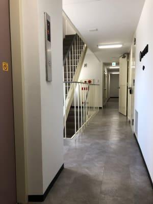 エレベーター降りて左へすぐ。 - シェアサロン ジーモスト マッサージ整体施術サロンの入口の写真