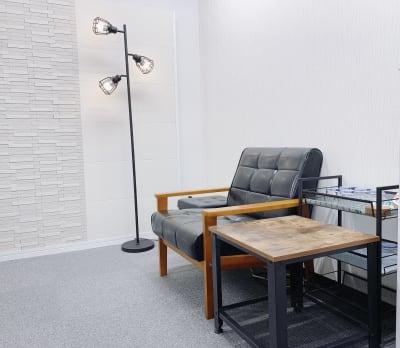 施術前後もゆったりしていただけます。 - シェアサロン ジーモスト マッサージ整体施術サロンの室内の写真
