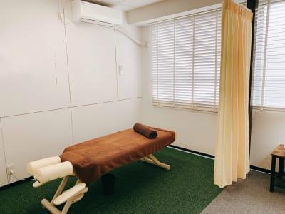 カーテン個室です。 - シェアサロン ジーモスト マッサージ整体施術サロンの室内の写真