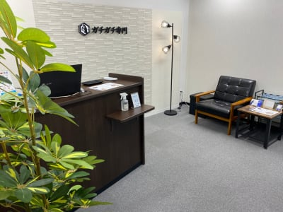 間接照明や観葉植物もあり落ち着ける空間です。 - シェアサロン ジーモスト マッサージ整体施術サロンの室内の写真