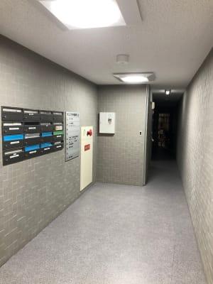 1Fエントランス。奥のエレベーターで7Fへ。 - シェアサロン ジーモスト マッサージ整体施術サロンの外観の写真