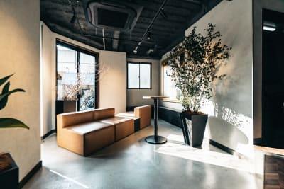ゆっくりくつろげる大きなソファー - どやねんホテルズ バクロ レンタルスペース type Nの入口の写真
