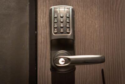 安心の暗証番号キー - どやねんホテルズ バクロ レンタルスペース type B①の設備の写真