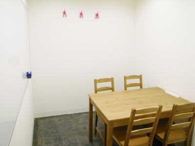 4人着席可 - レンタルスペース  パズル浅草橋 セミナールーム・貸し会議室2Aの室内の写真
