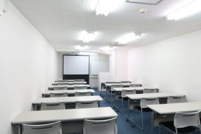 プロジェクタースクリーン設置 - レンタルスペース  パズル浅草橋 セミナールーム・貸し会議室3Cの室内の写真